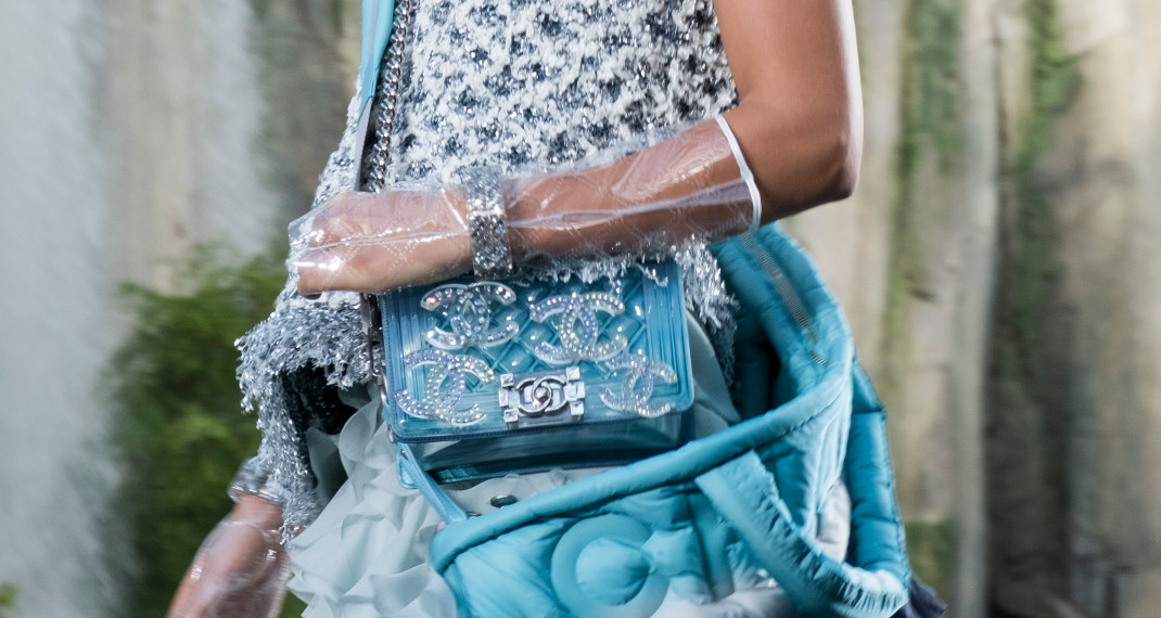 52970379b8 Ετσι κατασκευάζονται οι θρυλικές Chanel τσάντες