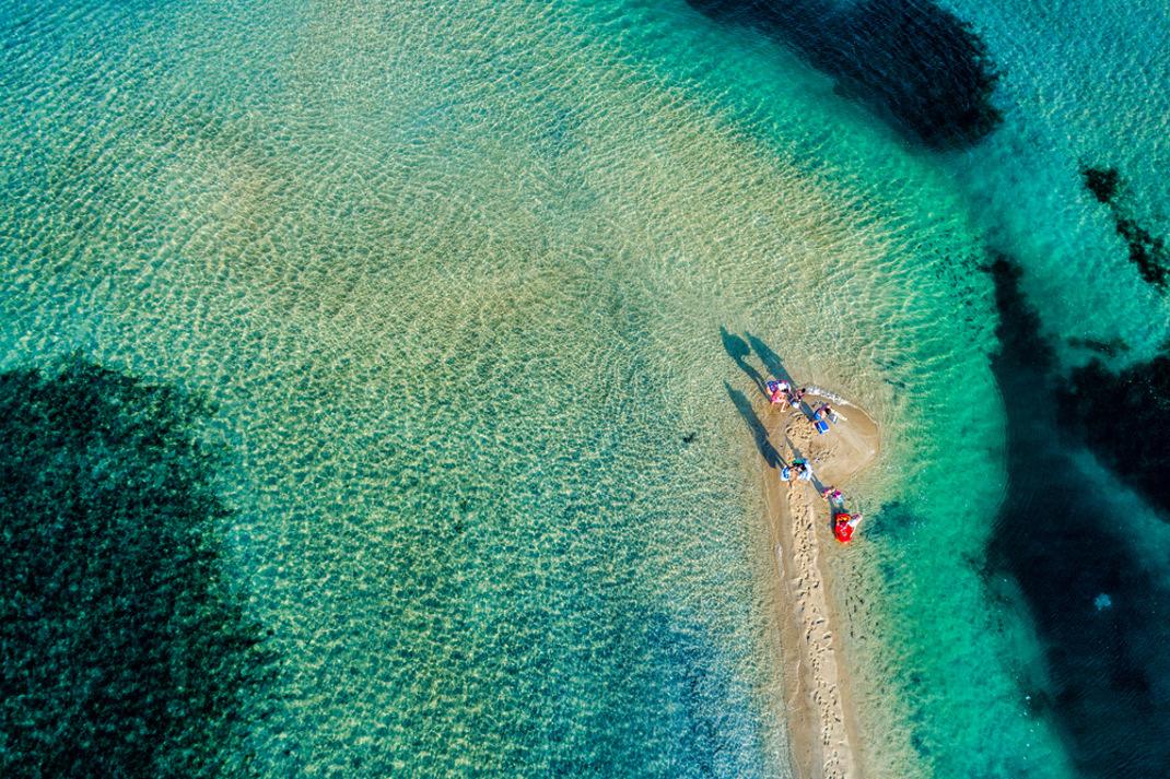 Καρύδι»: Σε αυτή την παραλία με την ψιλή λευκή άμμο, τα πεύκα φτάνουν μέχρι  τη θάλασσα | BOVARY