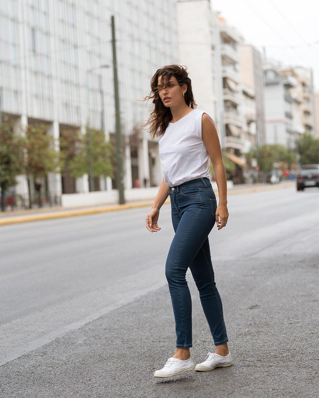 Η Τόνια Σωτηροπούλου φόρεσε το άνετο τζιν από τα Calzedonia που θα γίνει η νέα σου... φόρμα