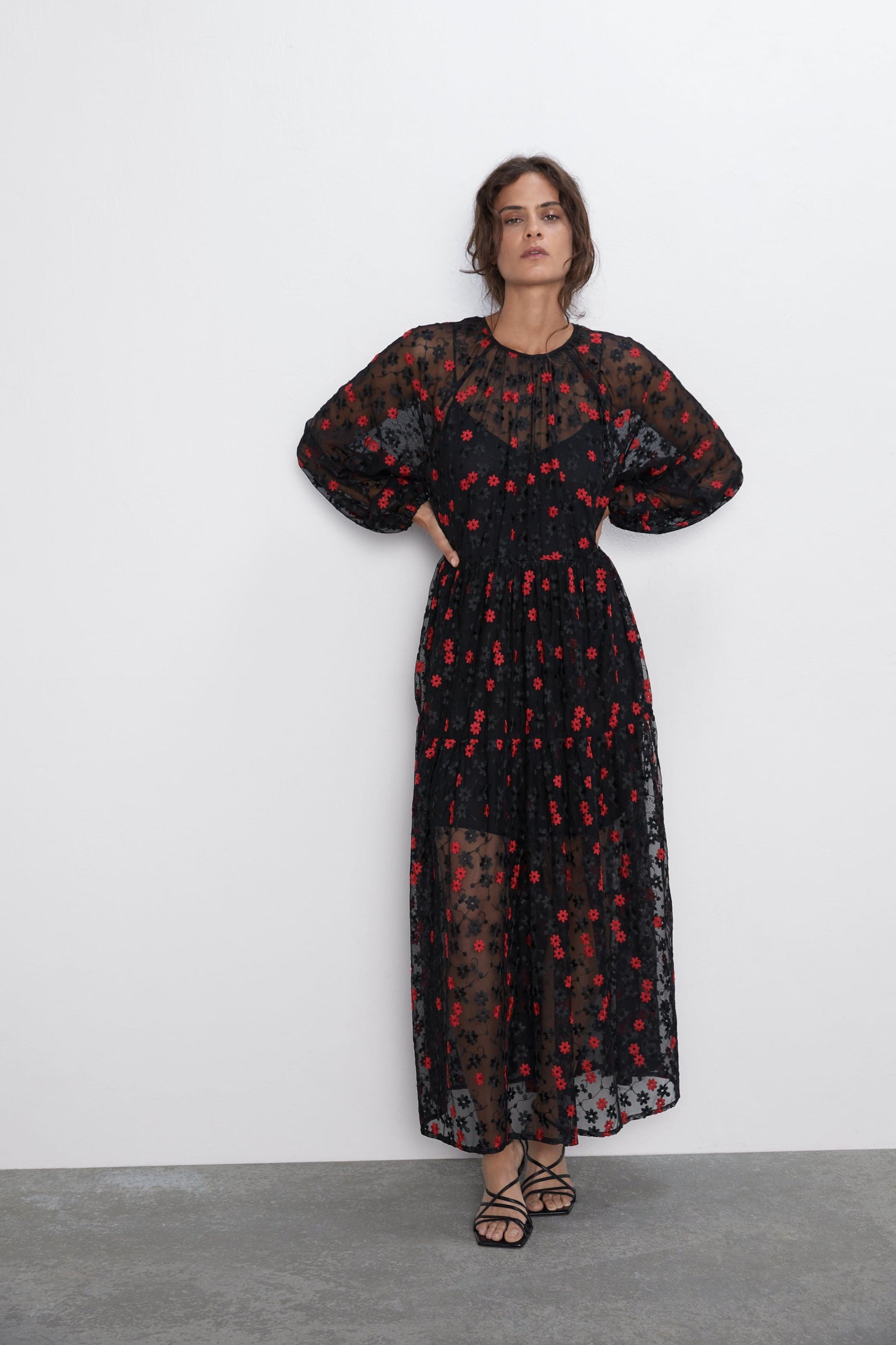 μοντέλο με φλοράλ φόρεμα Zara