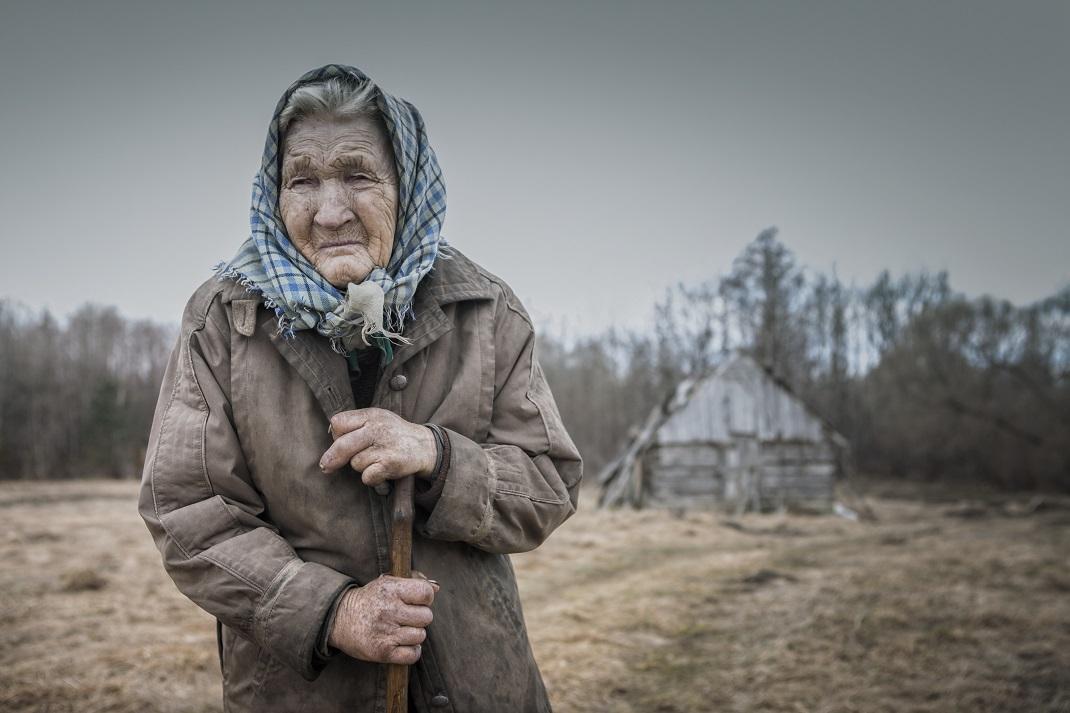 Ηλικιωμένη γυναίκα με μαντήλι