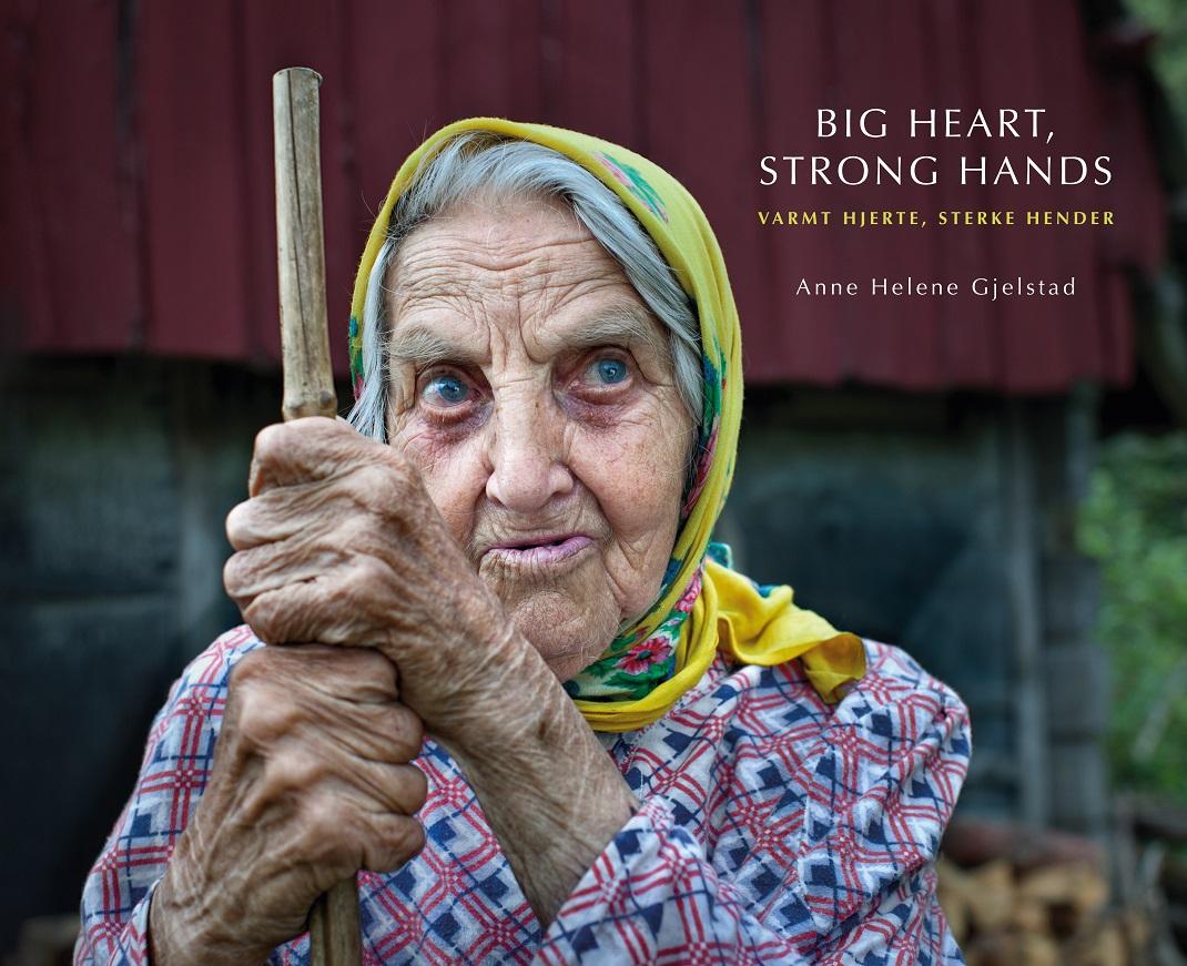 ηλικιωμένη γυναίκα κρατά μπαστούνι