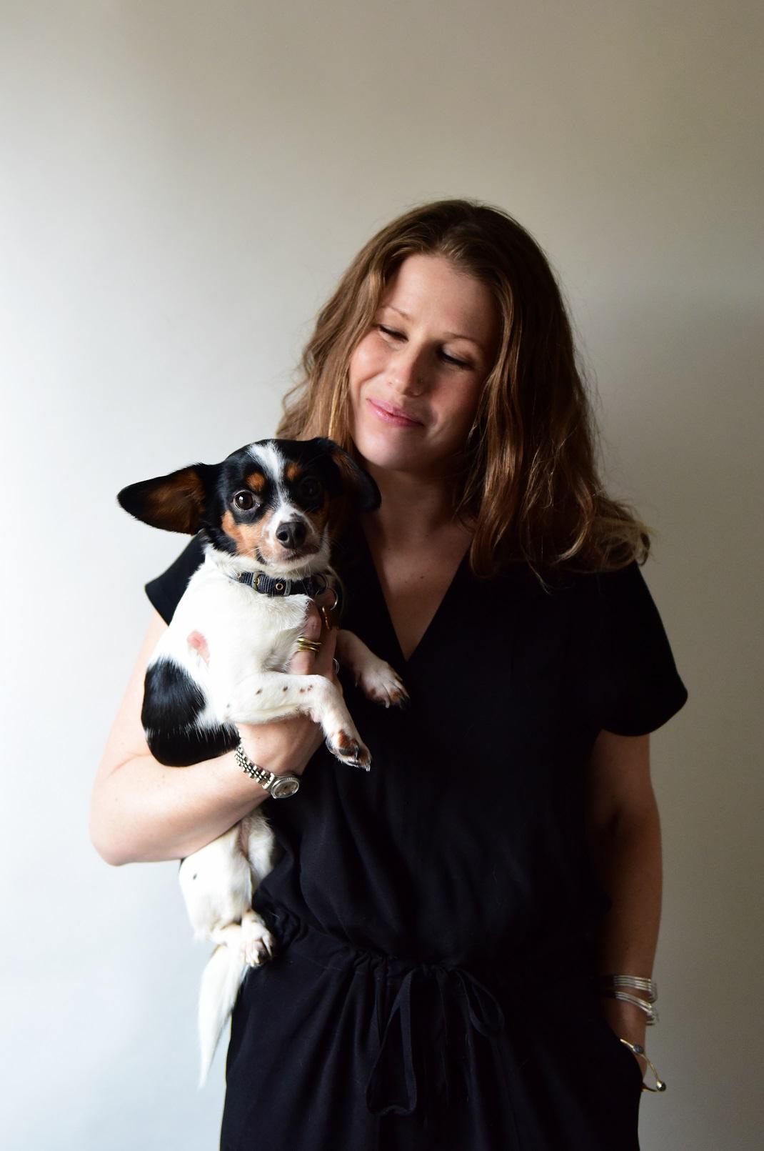 Η ακτιβίστρια και δημοσιογράφος Caroline Criado Perez κρατά σκύλο