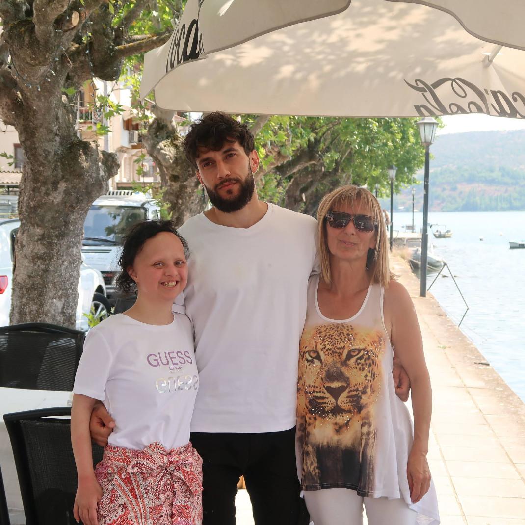 Με τον αδελφό και τη μητέρα της