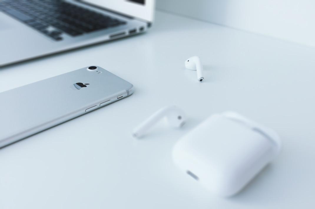 Ακουστικά και κινητό πάνω σε γραφείο