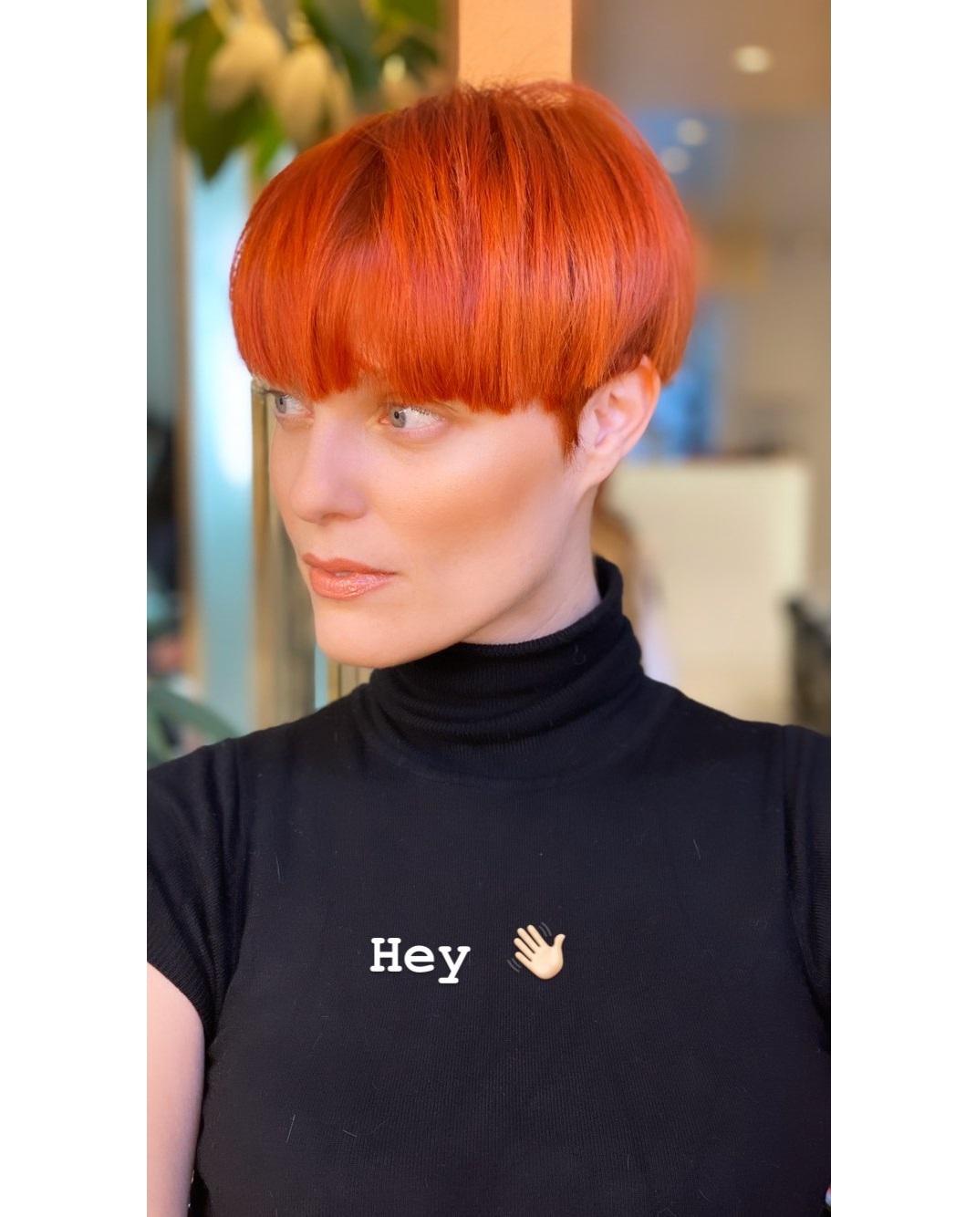 Η Αναστασία Περράκη με κόκκινα μαλλιά και μαύρο ζιβάγκο