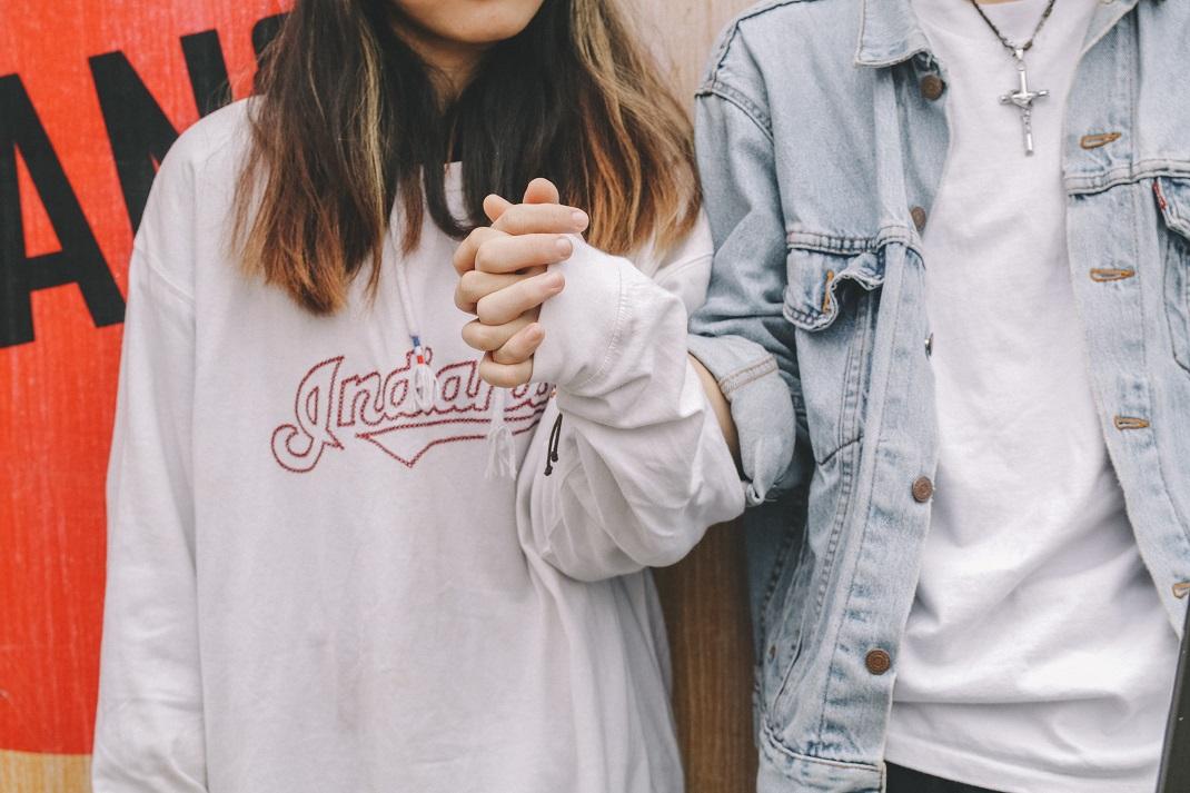 Άνδρας και γυναίκα κρατιούνται χέρι χέρι