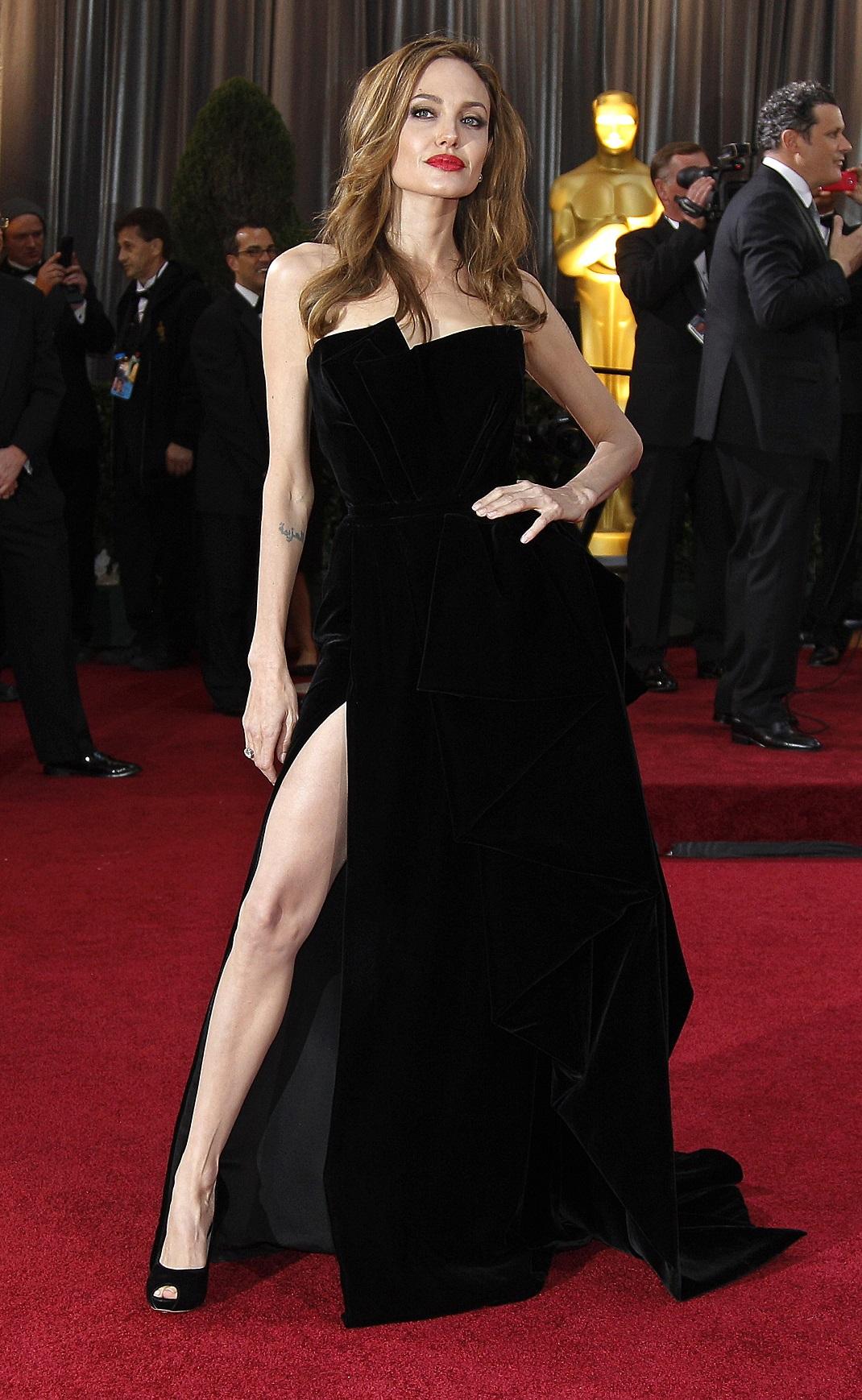 Η Αντζελίνα Τζολί με μαύρο φόρεμα στα Όσκαρ