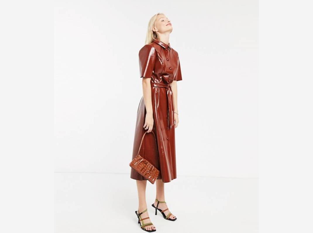 γυναίκα με καφέ φόρεμα Asos