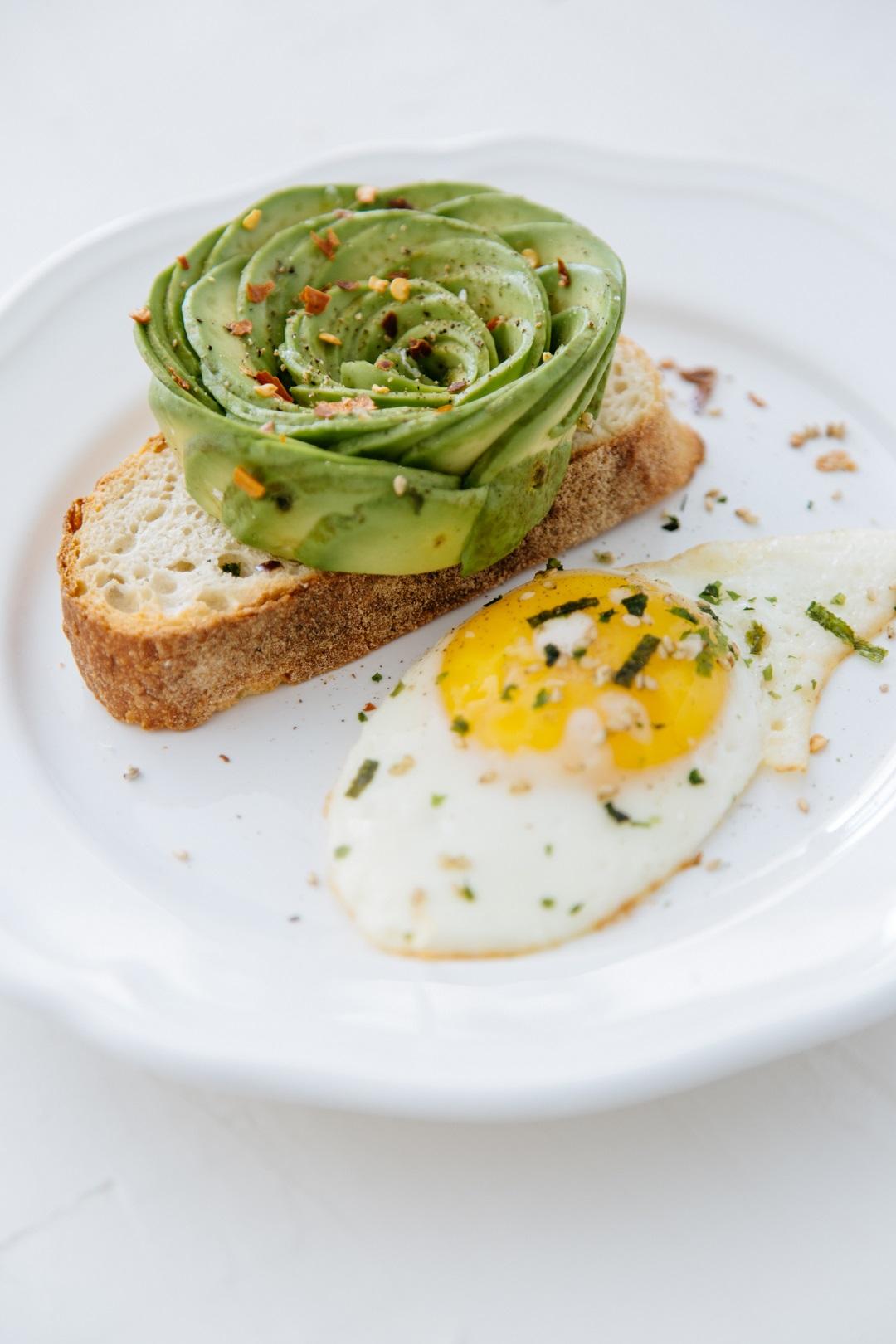 Φέτα ψωμιού με αβοκάντο και αυγά