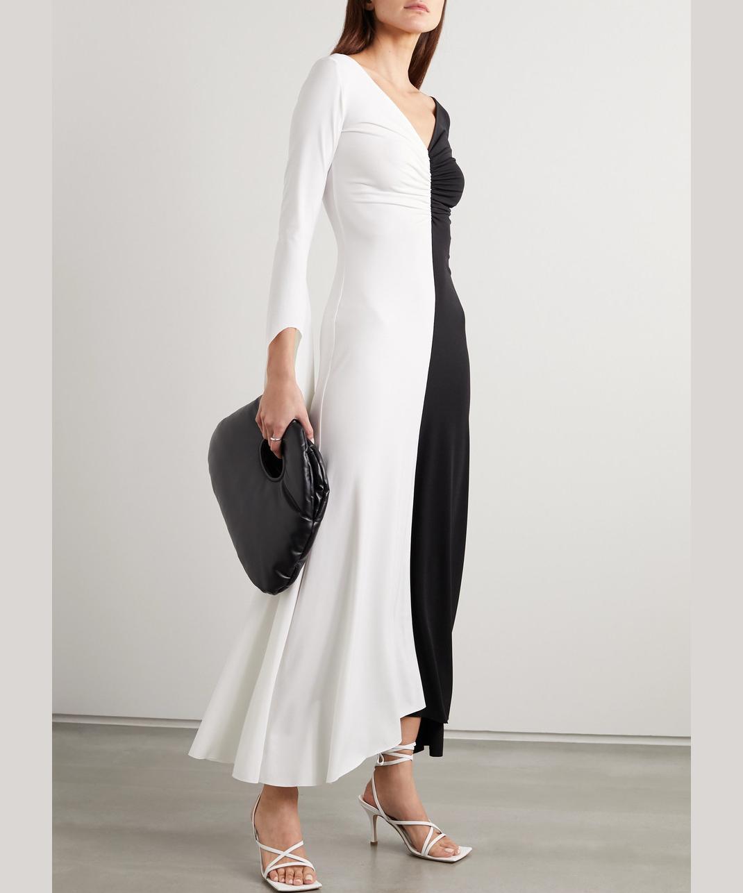 μοντέλο με ασπρόμαυρο φόρεμα
