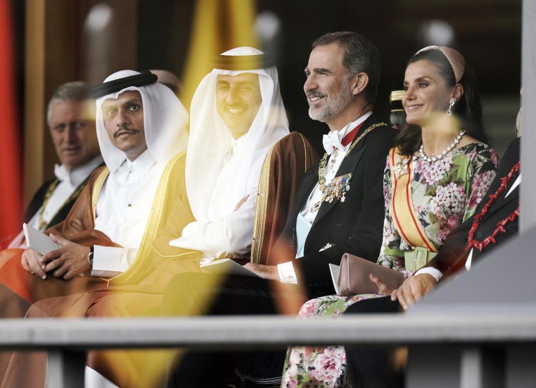 Η βασίλισσα Λετίθια χαμογελά στην ενθρόνιση του Ναρουχίτο