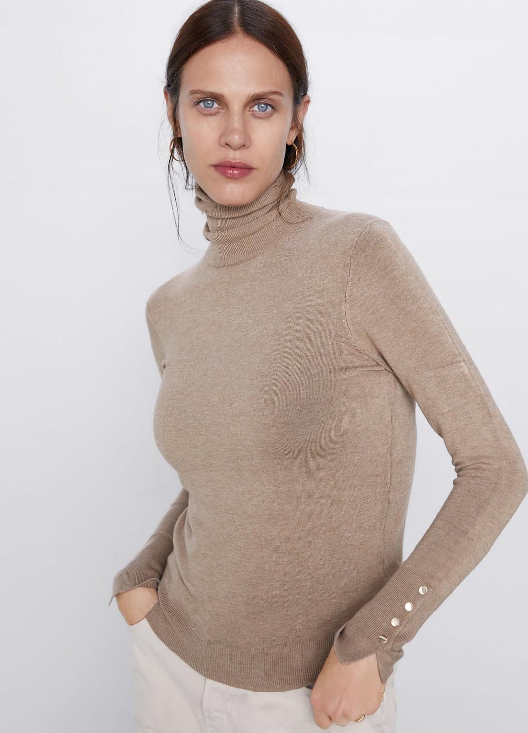 γυναίκα με πλεκτό πουλόβερ Zara