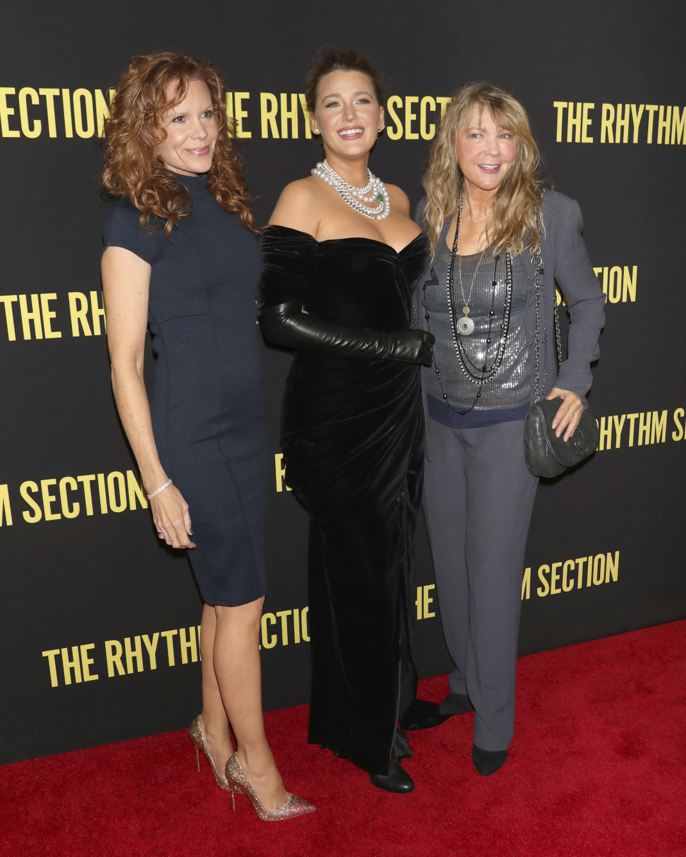 H Μπλέικ Λάιβλι στην πρεμιέρα της ταινίας της με τη μητέρα και την αδελφή της