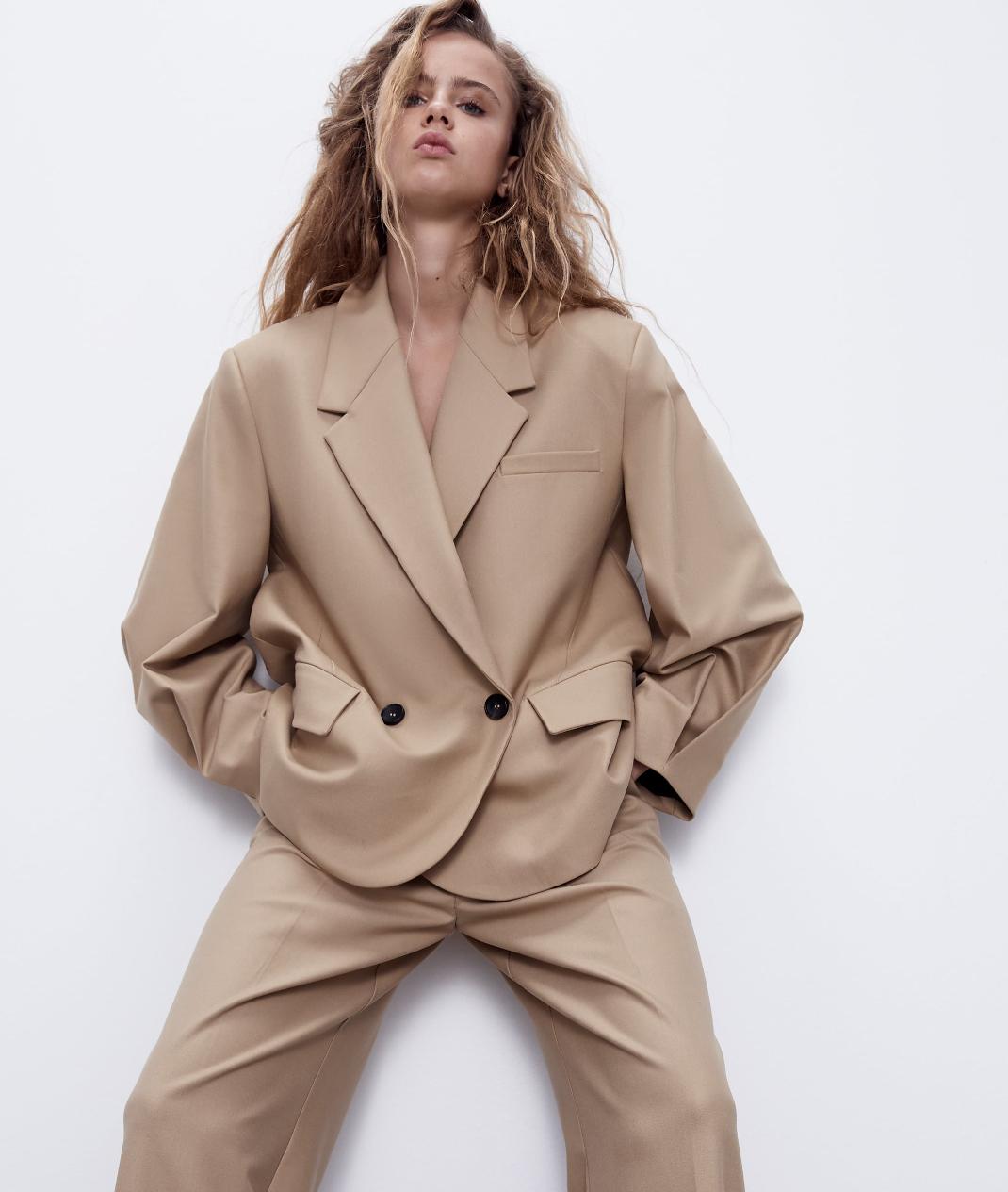 μοντέλο με σακάκι Ζara