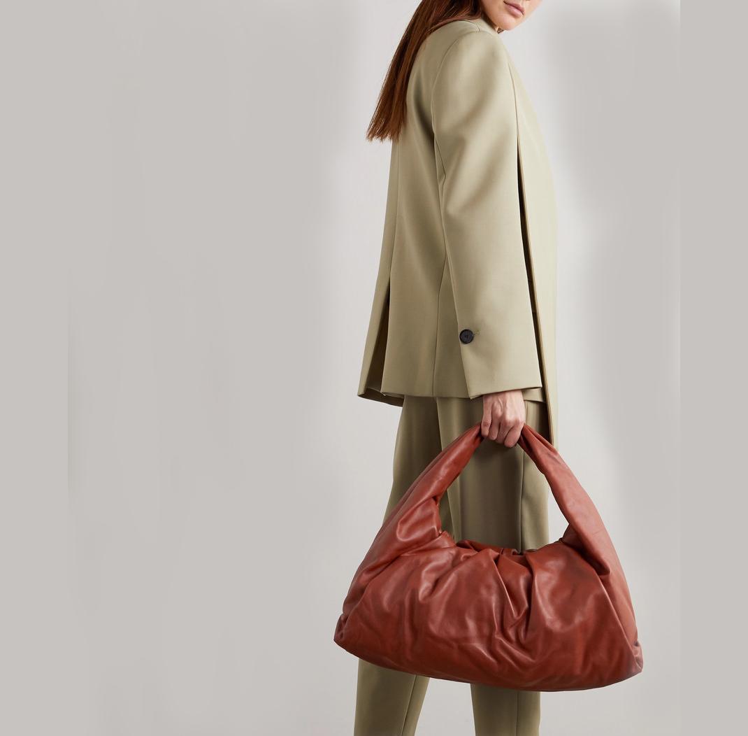 μοντέλο με τσάντα Bottega Veneta