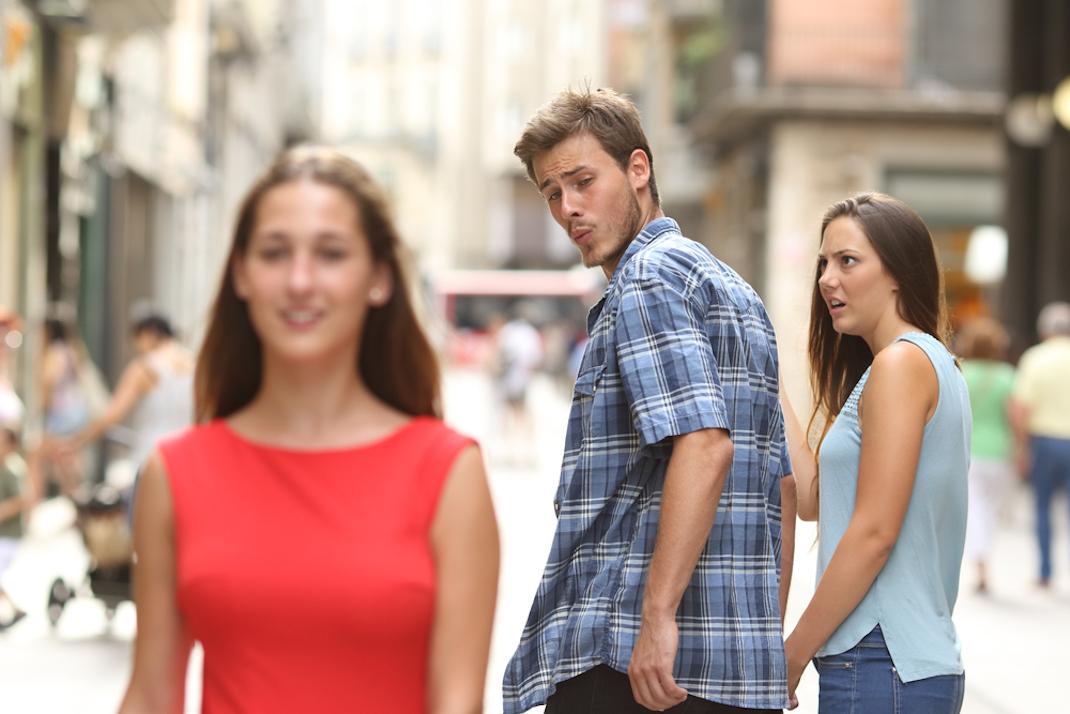 αγόρι που συνοδεύει την κοπέλα του γυρνά και κοιτά μια άλλη