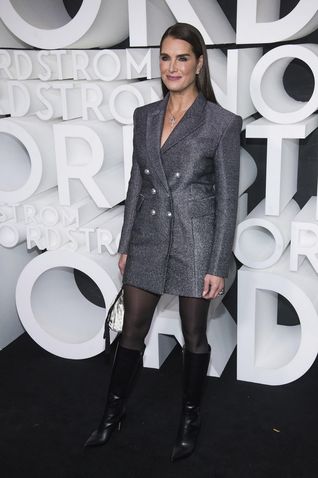 Η Μπρουκ Σιλντς με ασημένιο blazer και δερμάτινες μπότες