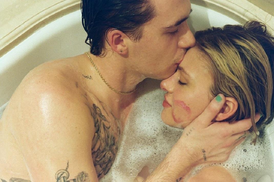 Ο Μπρούκλιν Μπέκαμ με τη Νικόλα Πελτζ στην μπανιέρα