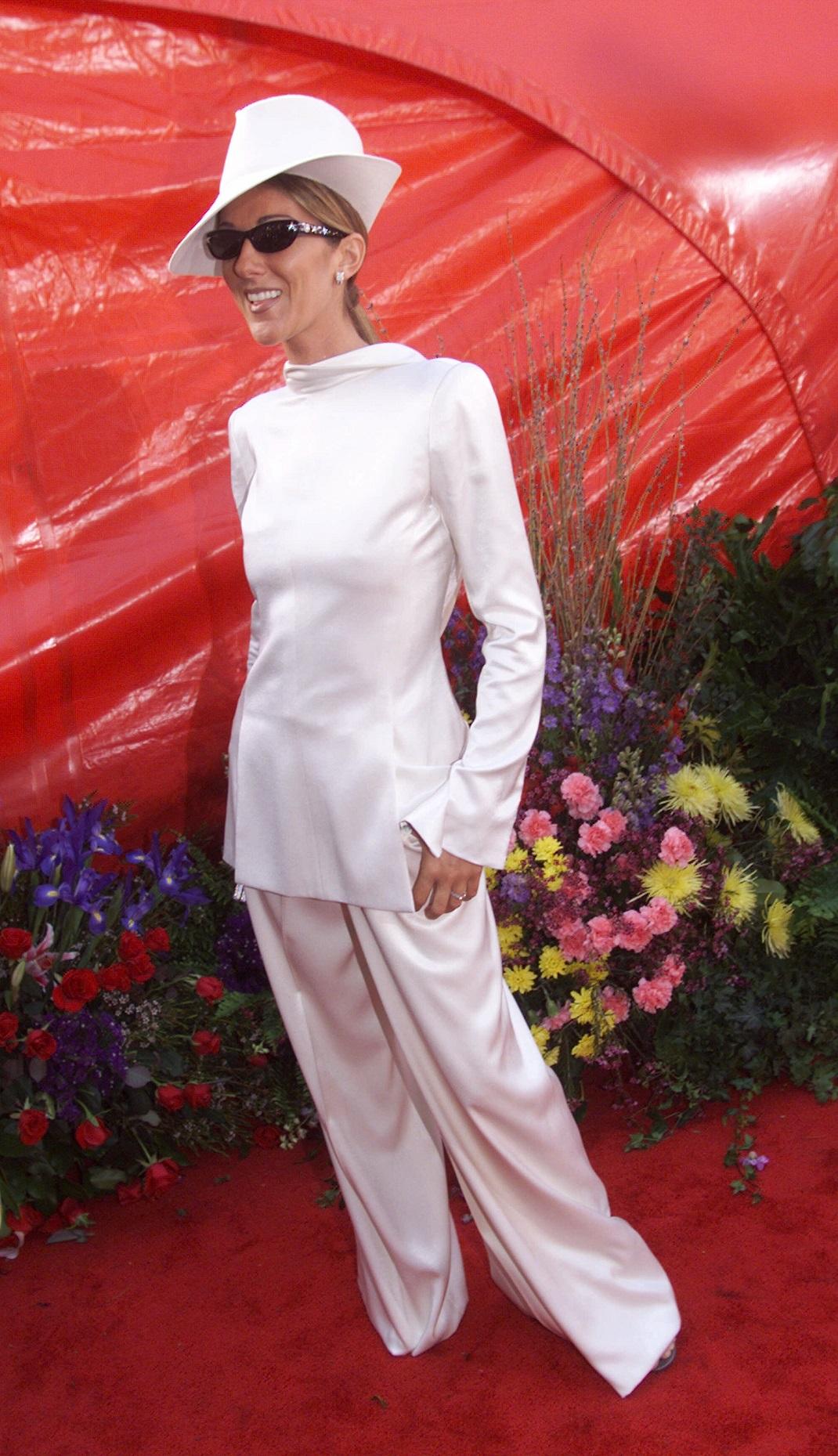 Η Σελίν Ντιόν με λευκό κοστούμι στα Όσκαρ