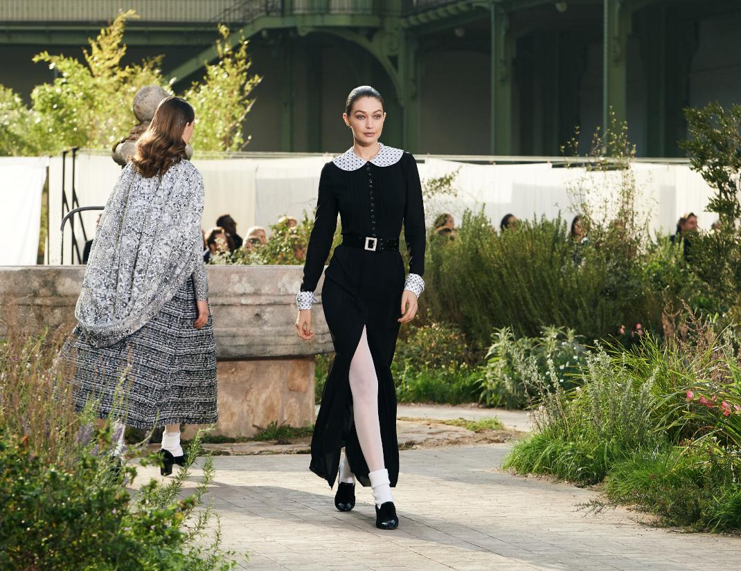 μοντέλο περπατά στο σόου Haute Couture 2020 της Chanel