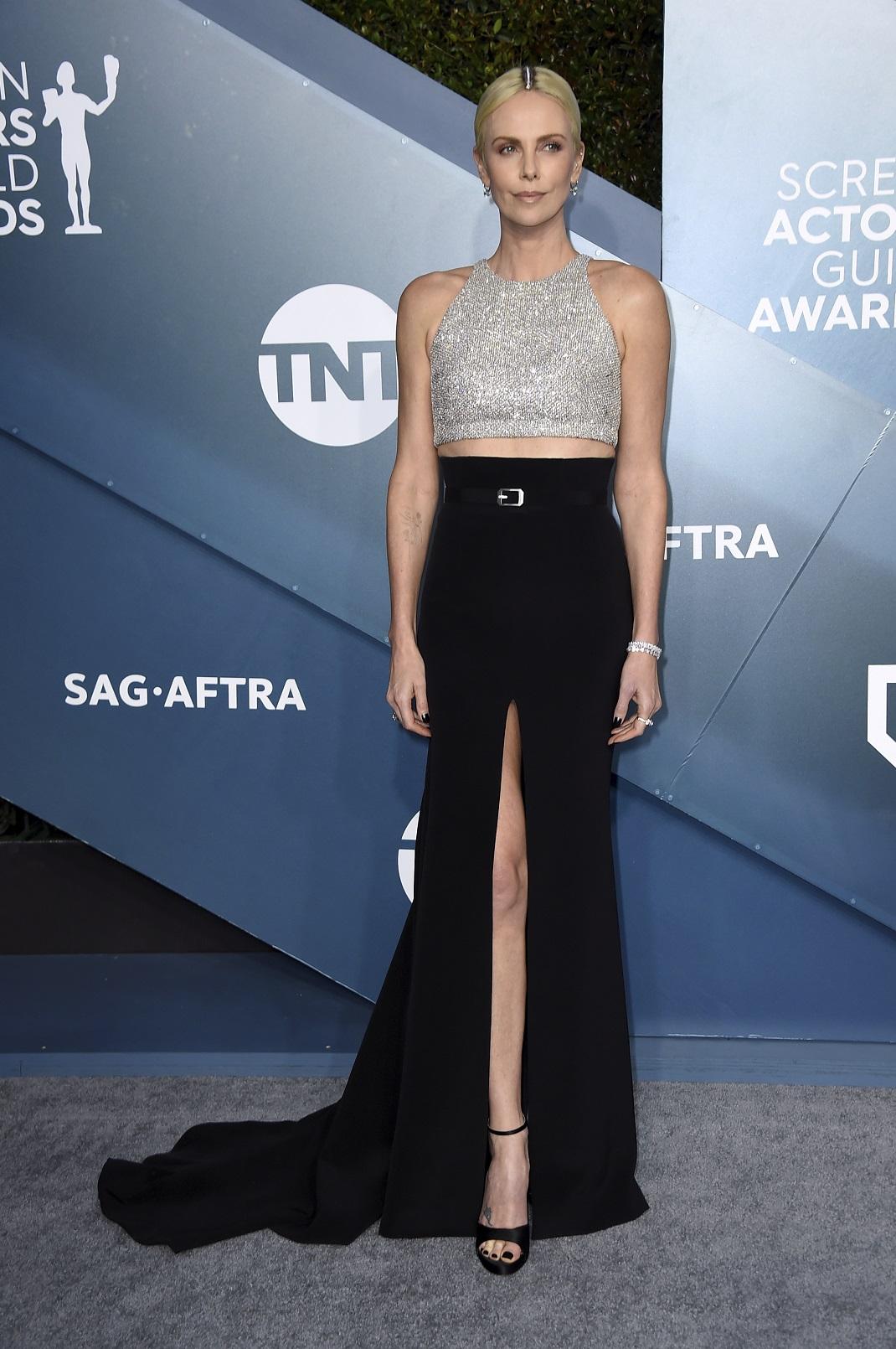 Η Σαρλίζ Θερόν με άβαφη ρίζα στα SAG Awards φορά crop top και μαύρη μακριά φούστα