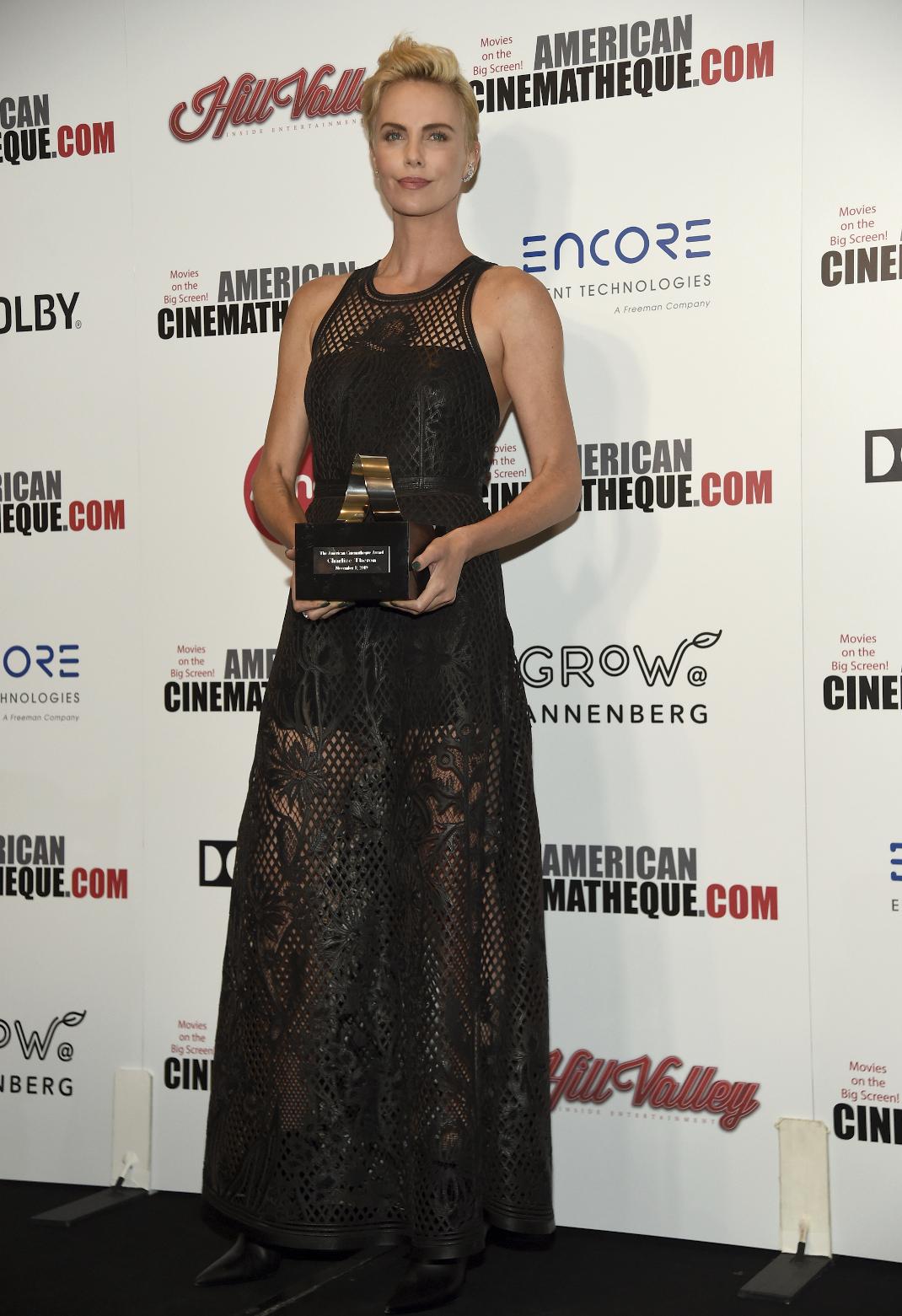 Η Σαρλίζ Θερόν με το βραβείο της