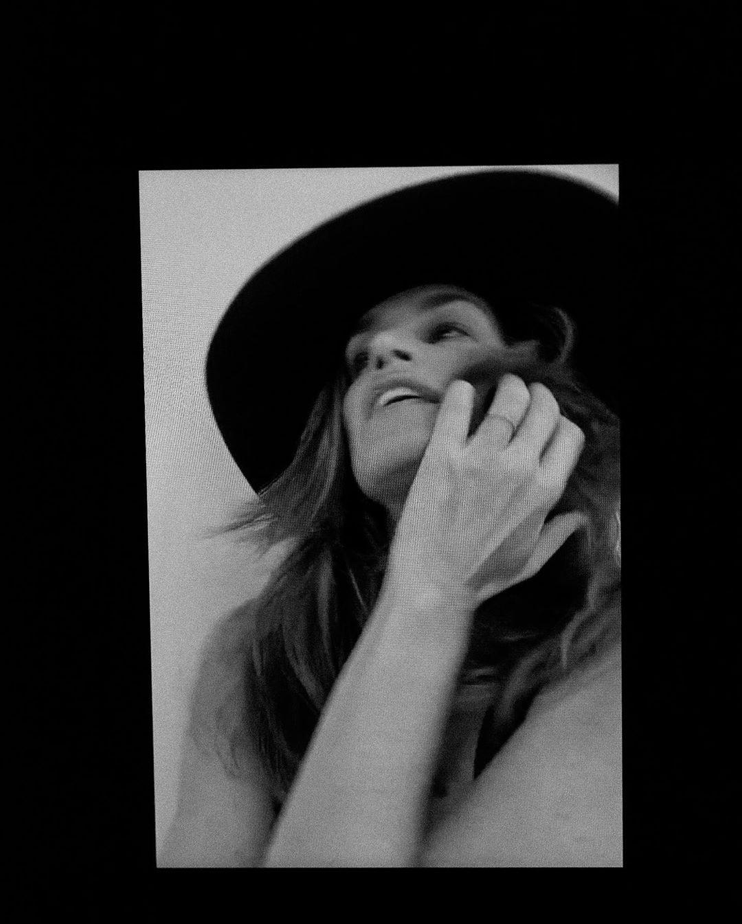 Η Σίντι Κρόφορντ με καπέλο