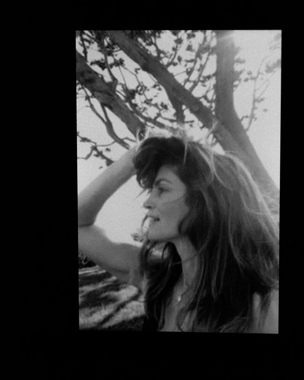 Η Σίντι Κρόφορντ πιάνει τα μαλλιά της