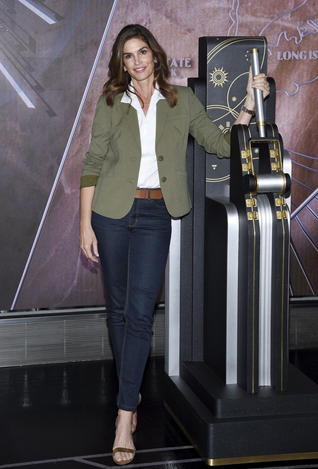 Η Σίντι Κρόφορντ με σακάκι και τζιν θυμίζει το supermodel που λατρέψαμε στα 90ς