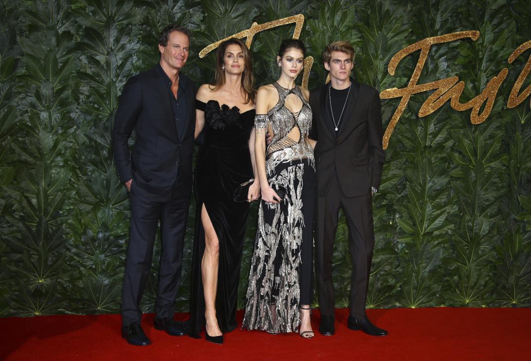 Η Σίντι Κρόφορντ με τον σύζυγό της και τα παιδιά της: