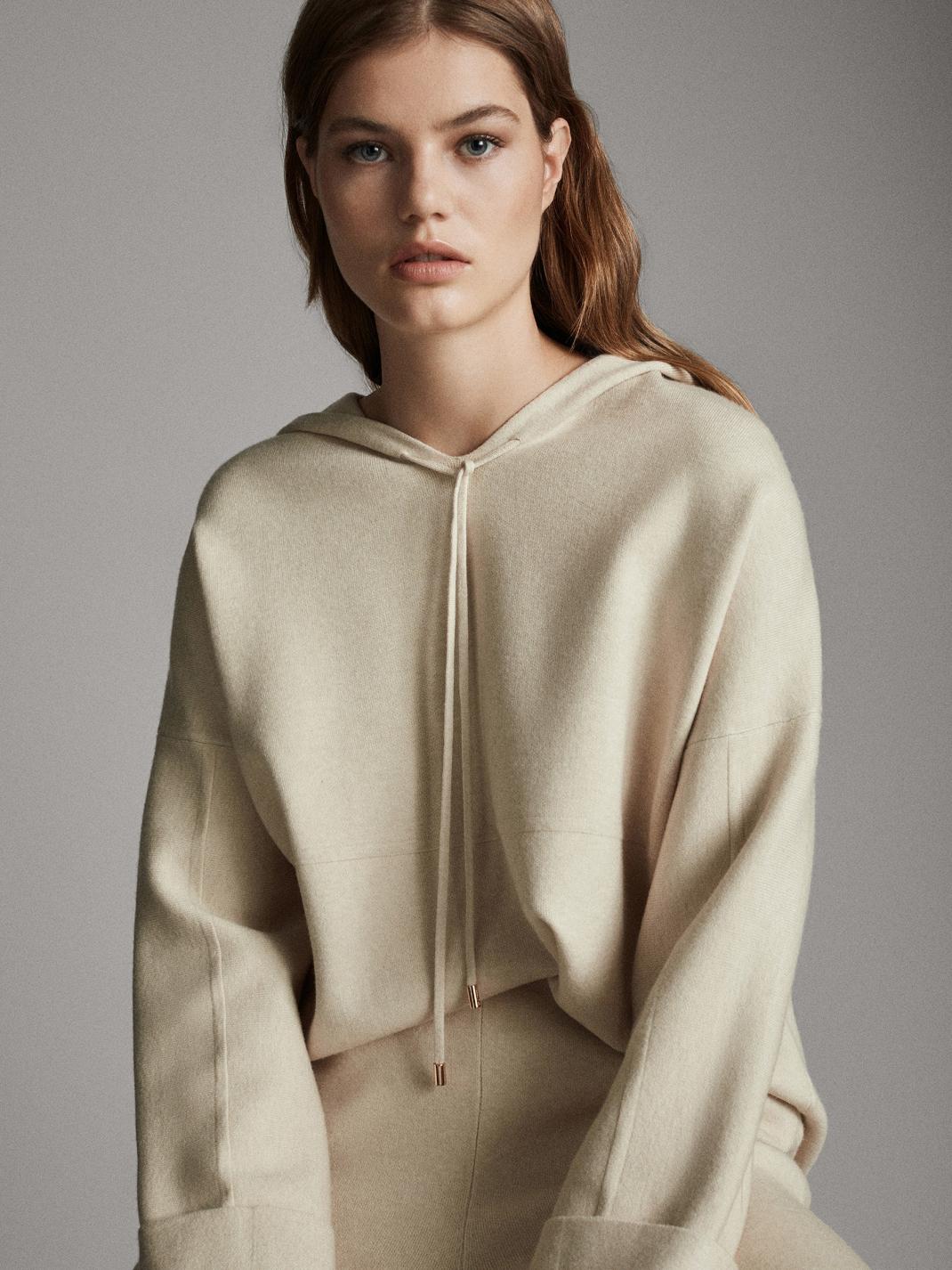 μοντέλο με σετ φόρμα Massimo Dutti