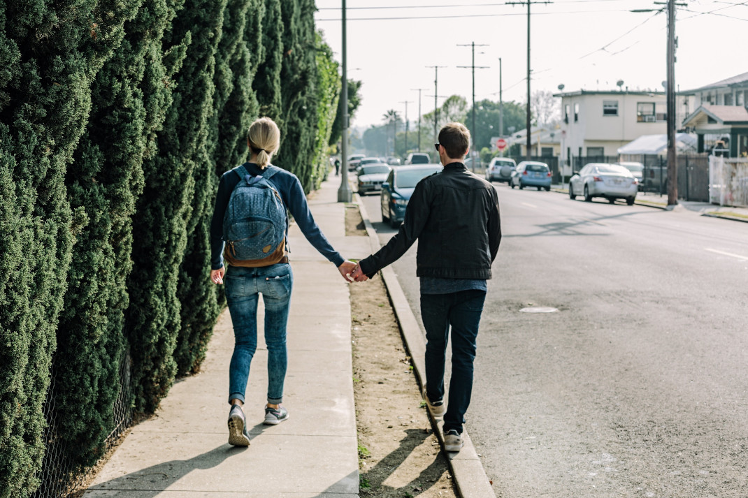 Ζευγάρι περπατάει στο δρόμο πιασμένοι χέρι χέρι