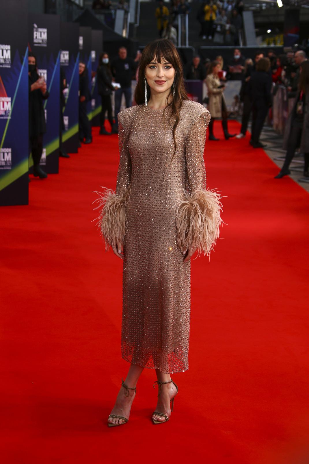H εντυπωσιακή Ντακότα Τζόνσον με nude Gucci φόρεμα στο κόκκινο χαλί