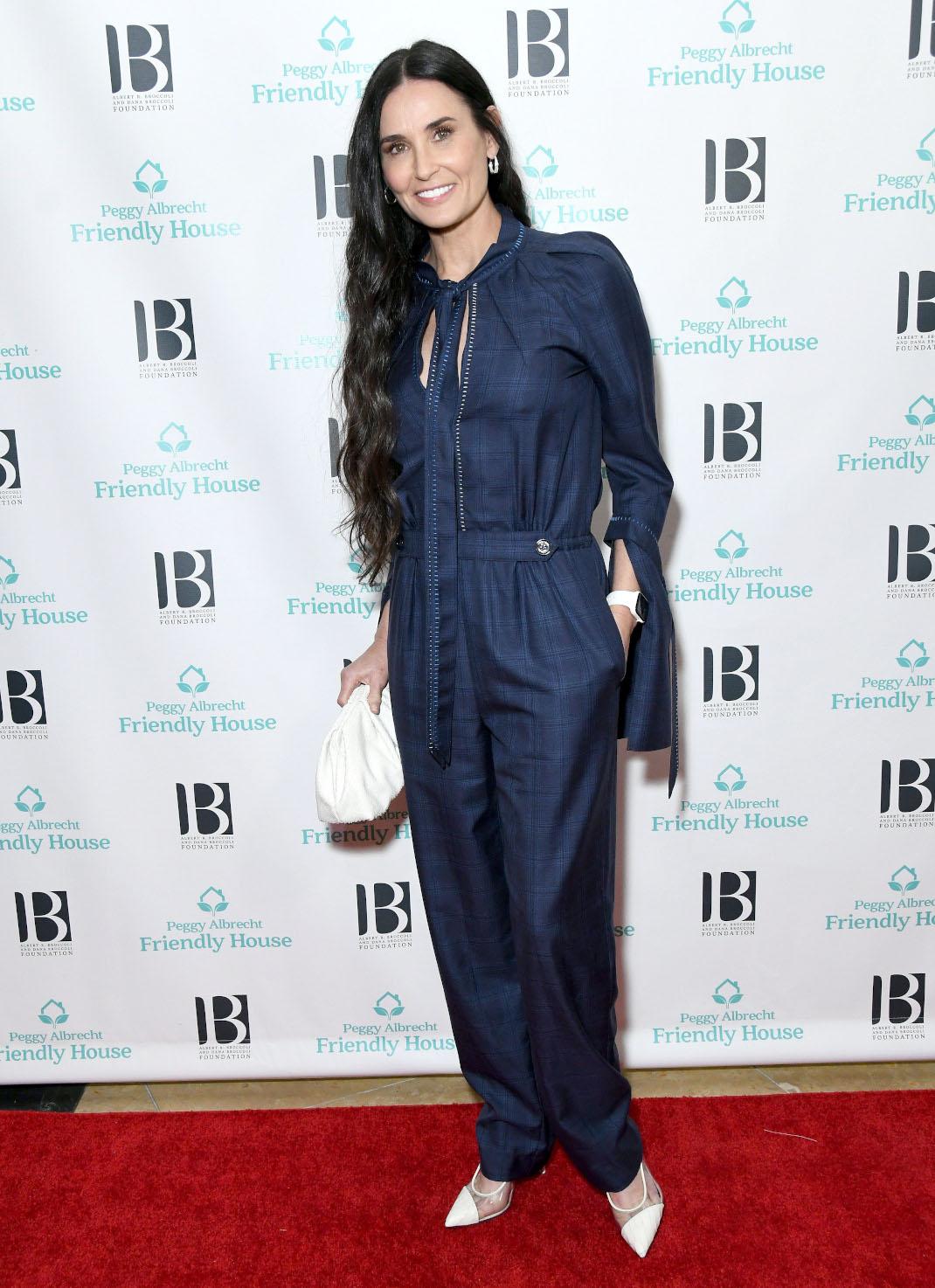 Η Ντέμι Μουρ χαμογελά μπλε φόρμα σε εκδήλωση