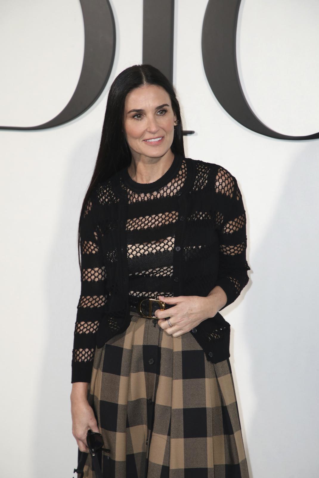 Η Ντέμι ΜΟυρ με καρό φούστα στο fashion show του Dior