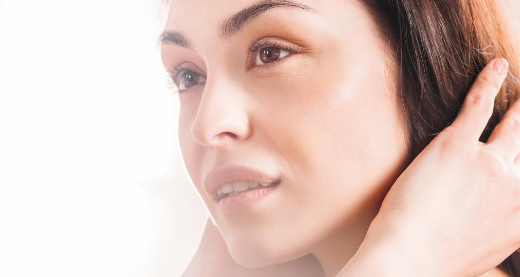 Γυναίκα με λαμπερό πρόσωπο/Photo:shutterstock