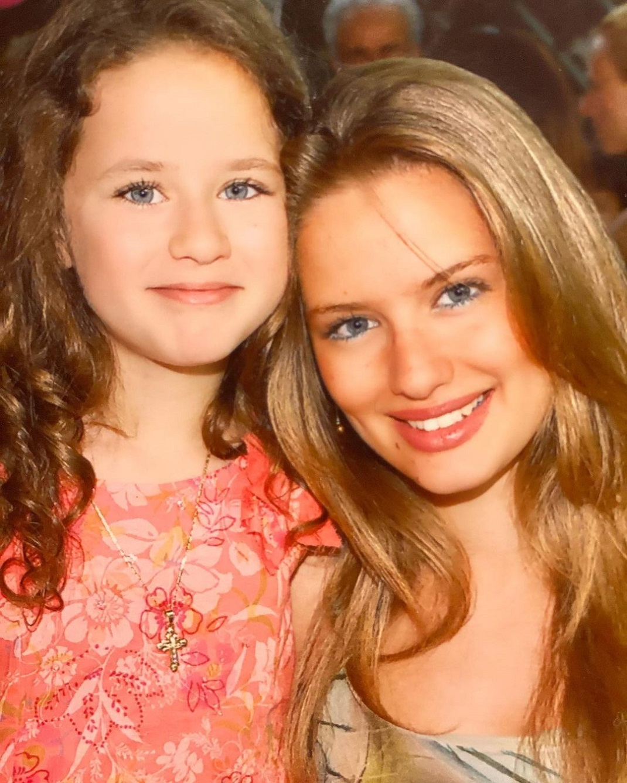Η Ντόρα Μακρυγιάννη με την αδερφή της