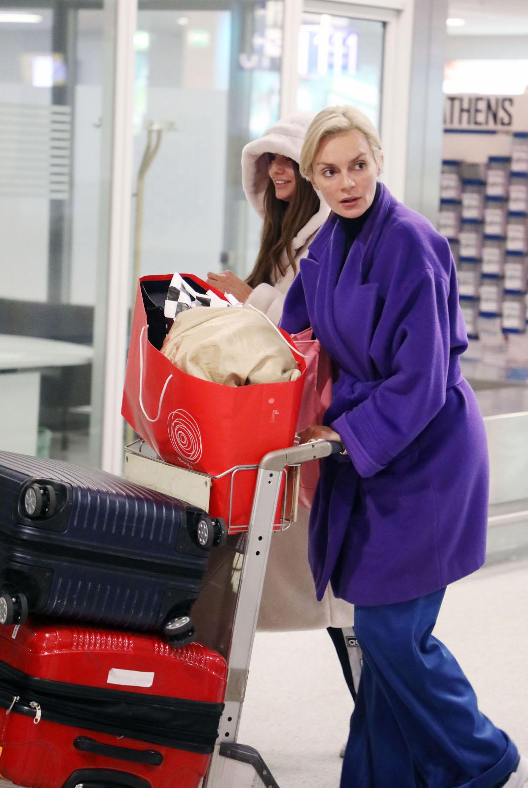 H Ελένα Χριστοπούλου στο αεροδρόμιο