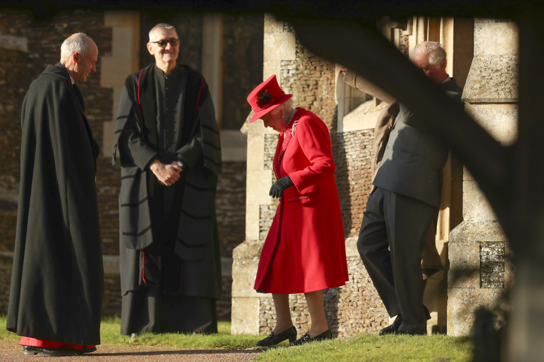 Η βασίλισσα Ελισάβετ με κόκκινο outfit