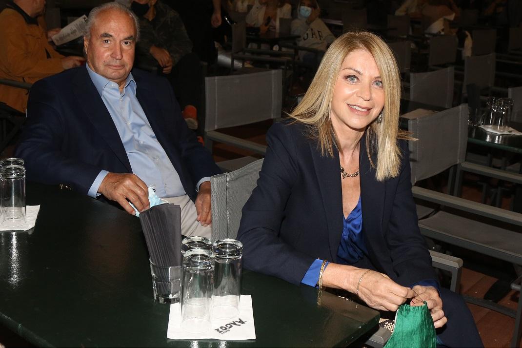 Η Έλλη Στάη με κοστούμι στο Θέατρο Άλσος με τον σύντροφό της