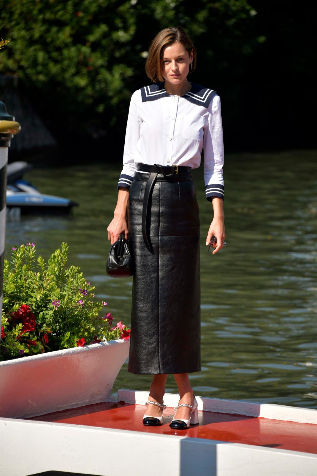 Η Emma Corrin με nautical look