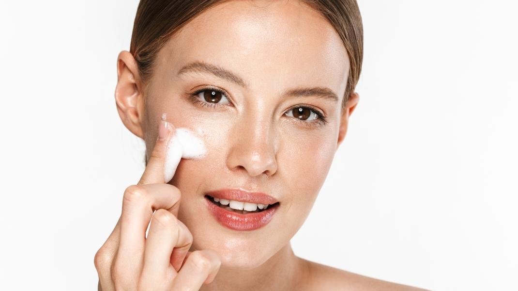 Γυναίκα περιποιείται το πρόσωπό της/Photo:Shutterstock