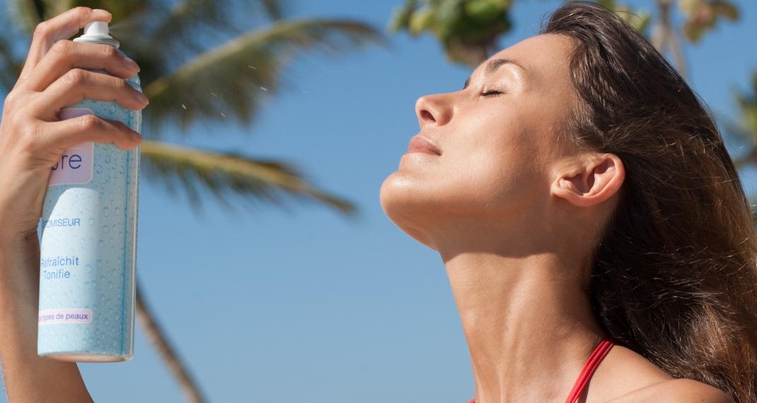 Γυναίκα ψεκάζει το πρόσωπό της Photo/Shutterstock