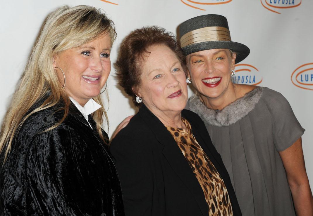 Η Σάρον Στόουν με την νεότερη αδελφή της Κέλι και τη μητέρα τους Ντόροθι