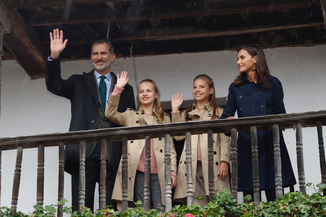 Η βασιλική οικογένεια της Ισπανίας χαιρετά από μπαλκόνι