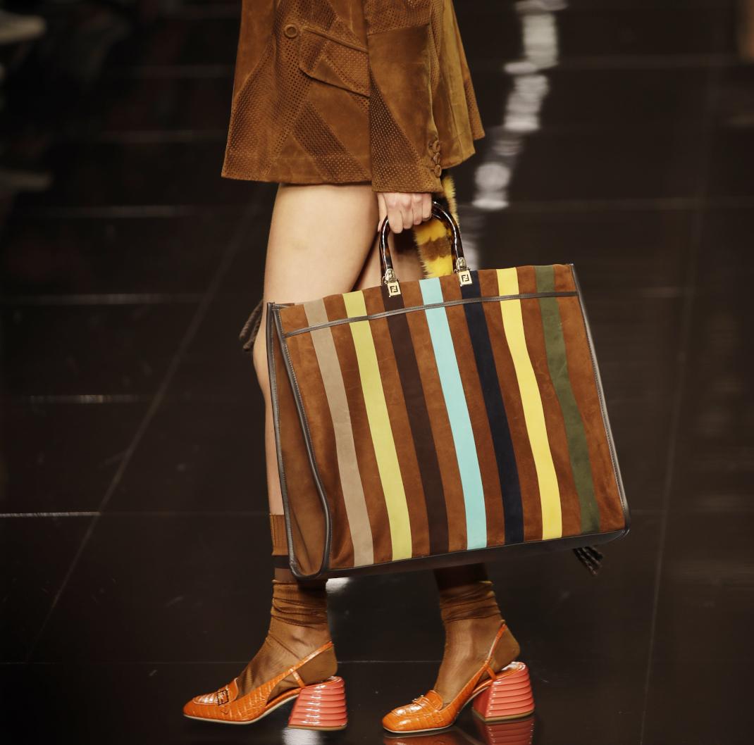μοντέλο με loafers στο show του Fendi