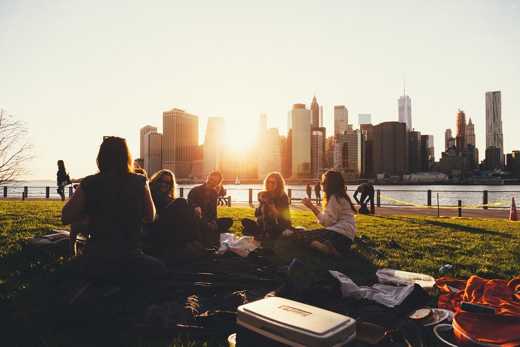 Παρέα φίλων στα 20 μιλούν