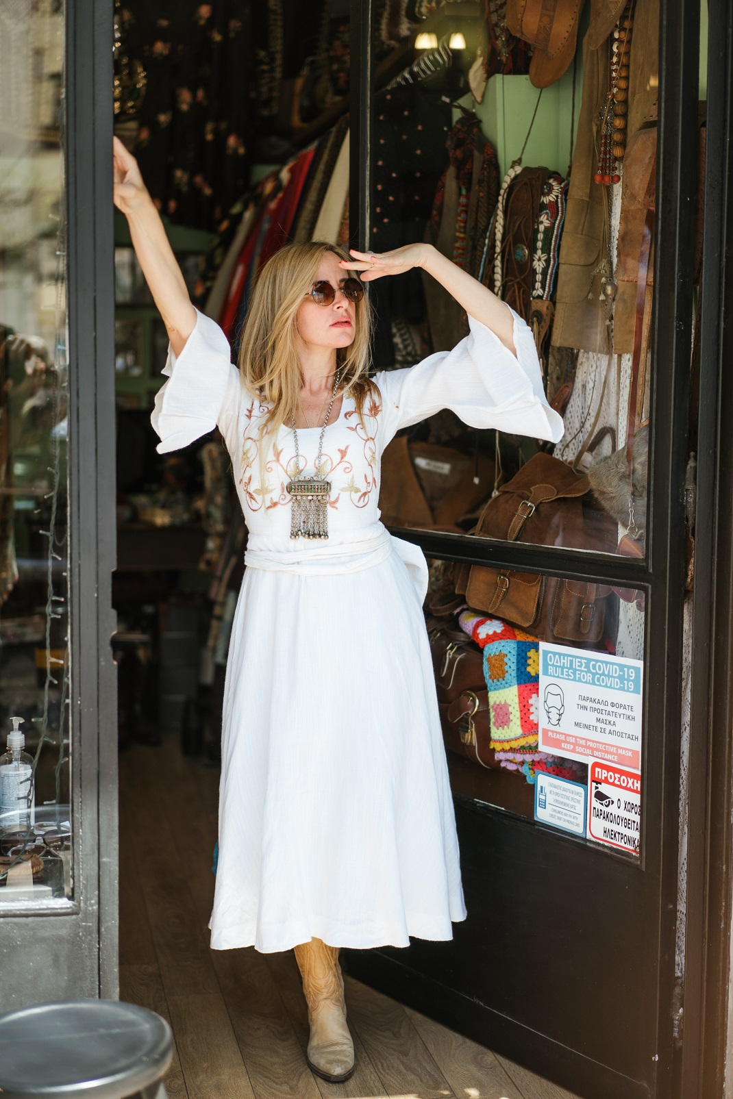 Η Τζούλη με λευκό φόρεμα και καουμπόικες μπότες.