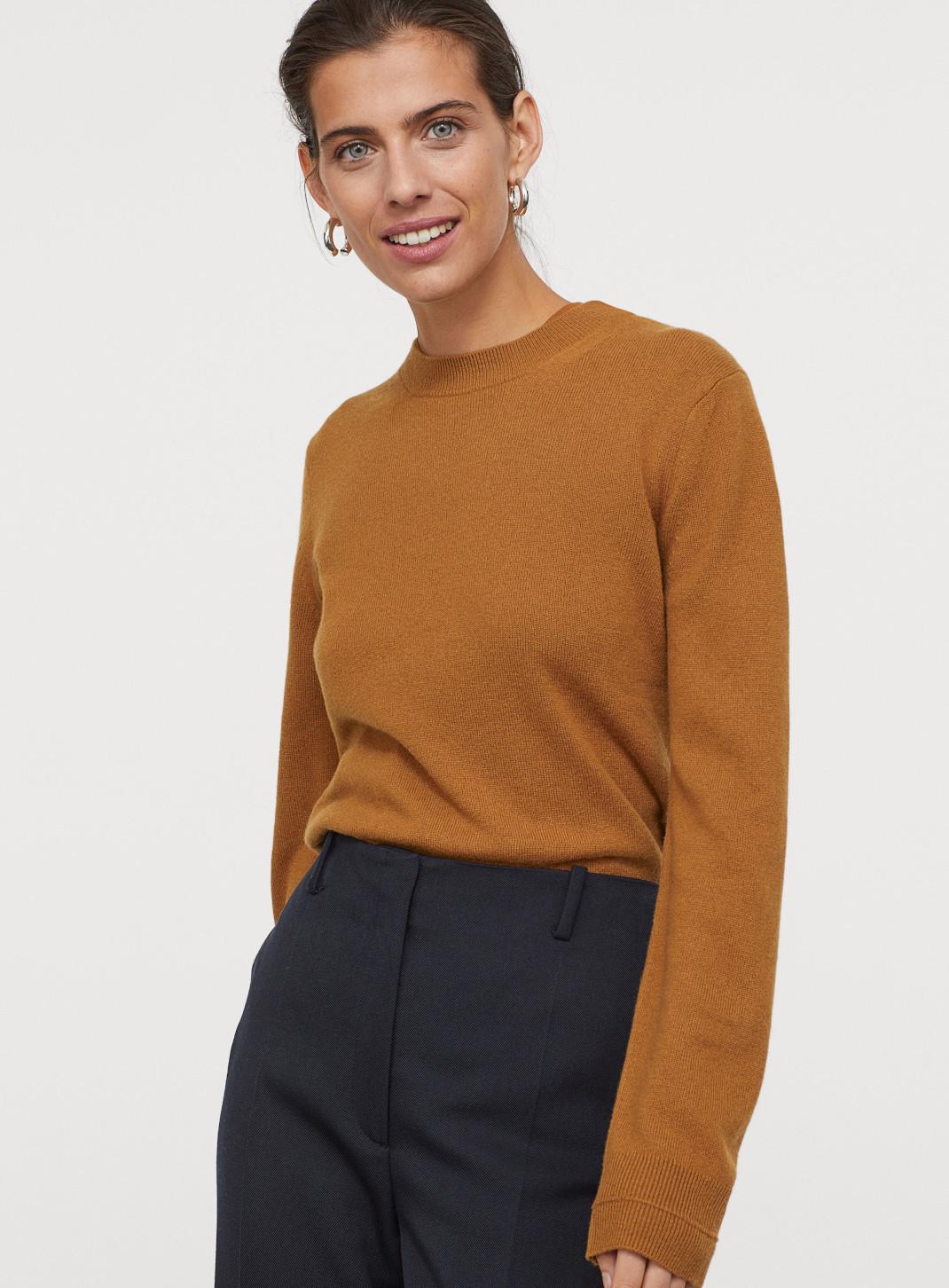 γυναίκα με πλεκτό πουλόβερ H&M